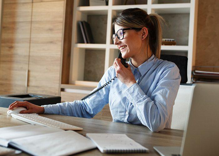 Que benefícios os telefones IP podem oferecer às empresas?