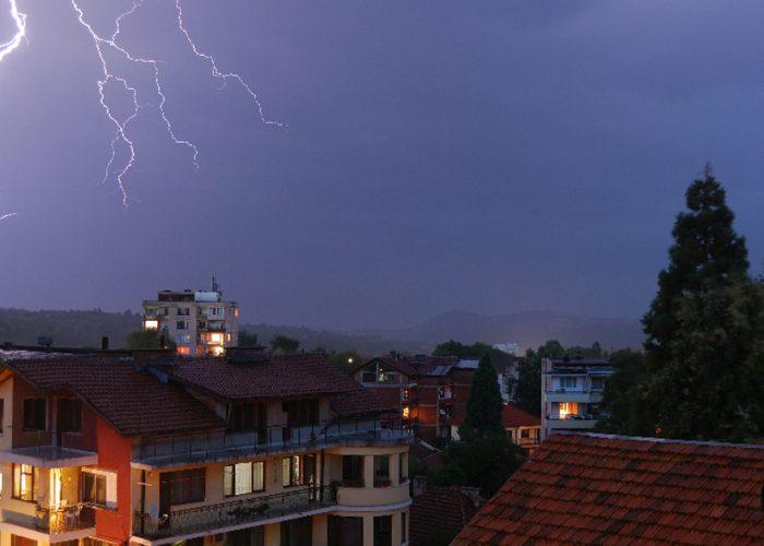 Tempestades e raios no Brasil: como proteger os equipamentos eletrônicos com nobreaks